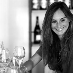 Una donna degusta un vino bianco
