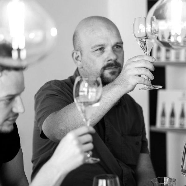 Un uomo osserva il colore di un vino ad una degustazione